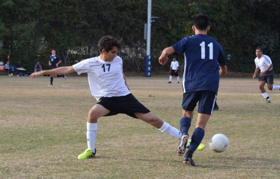 Forward+Preston+Ho+19+dribbles+the+ball.